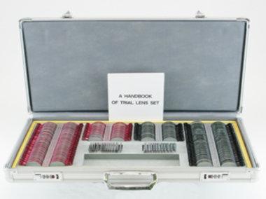 Großer Gläserkasten, 266 Gläser, Schmalrandfassungen rot/schwarz in Alu-Koffer, Artikelnummer: 018588